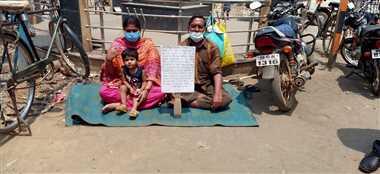 मासूम बेटी और पिता के साथ महिला बैठी भूख हड़ताल पर
