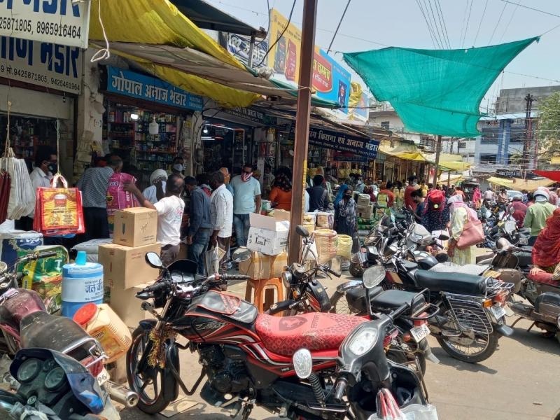 Lockdown in Chhindwara: रात 8 बजे से सात दिन का लॉकडाउन, बाजारों में खरीदारी के लिए उमड़ी भीड़