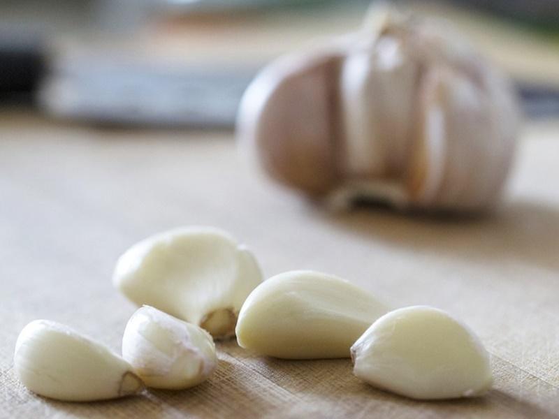 Garlic Benefits: लहसुन का और बड़ा फायदा, एक स्प्रे से 10 घंटे दूर रहेंगे मच्छर, जानिए तरीका