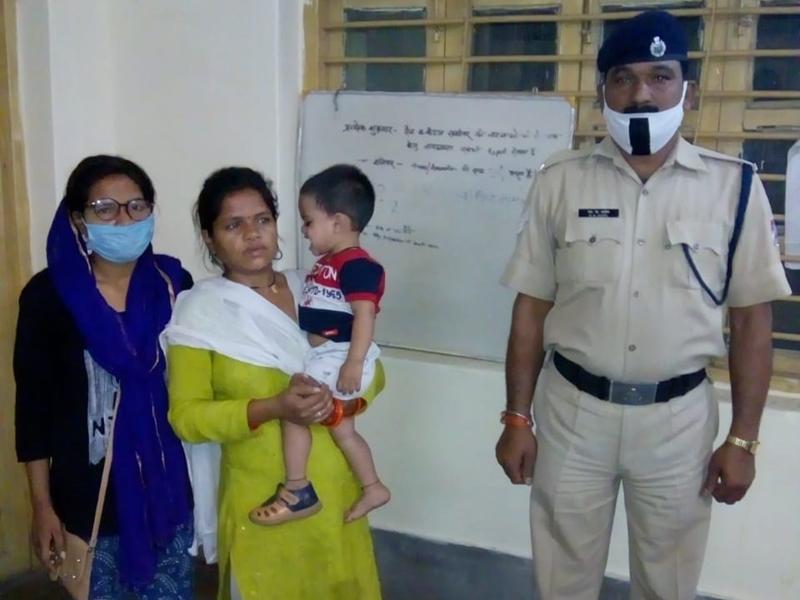 Bilaspur News: मौत के मुंह में जाकर महिला यात्री को मिली जिंदगी, प्रधान आरक्षक ने बचाई जान