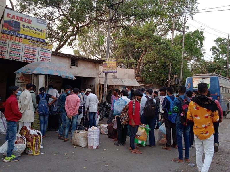 Lockdown In Raipur: लॉकडाउन लगने से पहले घरों की तरफ चले मजदूर, ताकि फिर नहीं चलना पड़े पैदल...
