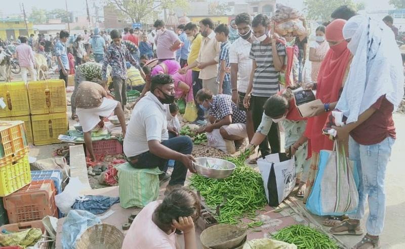 Lockdown In Raipur: लॉकडाउन की घोषणा के बाद सुबह से सब्जी बाजार में उमड़ी भीड़
