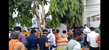 शिवपुरीः जिला अस्पताल में अटेंडरों को बाहर निकालने पर बवाल, फिर भेजा अंदर