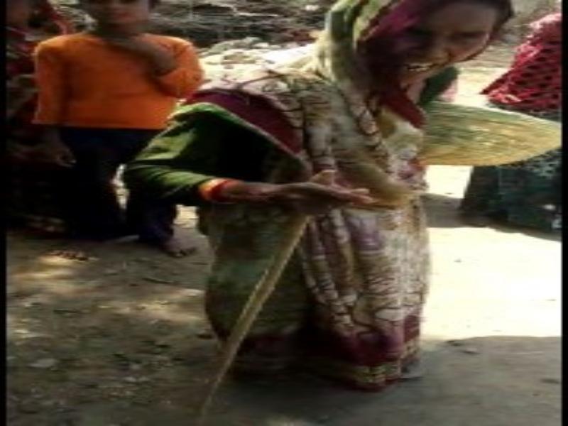 Tikamgarh Vaccination News: टीकाकरण को लेकर जागरूक करने गए कर्मचारियाें को महिलाआें ने भगाया, हाथ में लिए थीं पत्थर और लाठियां