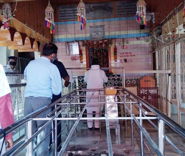 दतिया के मां पीतांबरा मंदिर में दर्शन को पहुंचे भक्त
