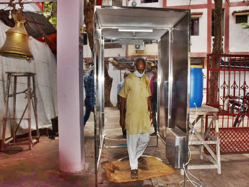 मंदिर में लगी सैनेटाइडज मशीन
