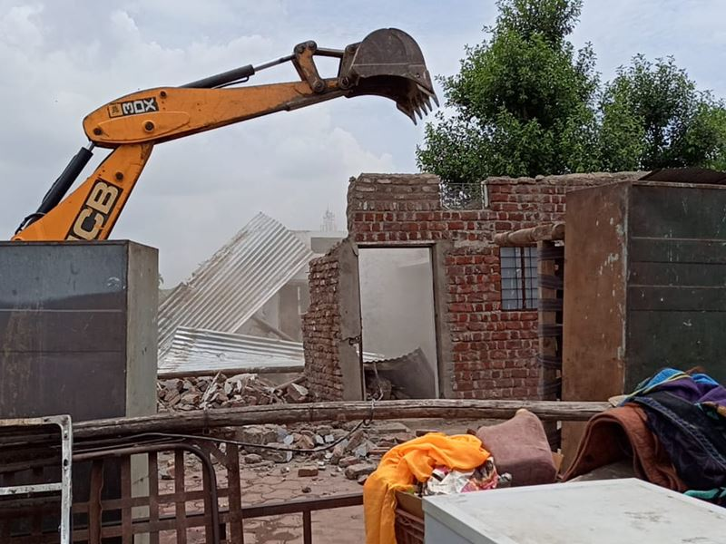 Khandwa News: खंडवा में दूध तलाई के पास हटाए गए अवैध मकान