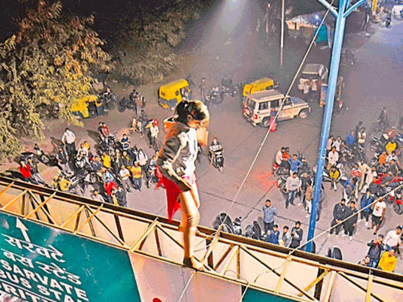 Indore News: प्रेम में पागल युवती इंदौर में गेंट्री गेट पर चढ़ी, मुश्किल से उतारा