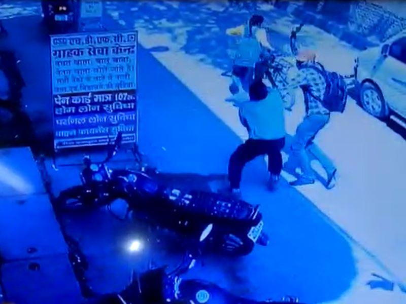मुरैना में दो बदमाशों ने की कैश वैन लूटने की कोशिश, देखिए वीडियो