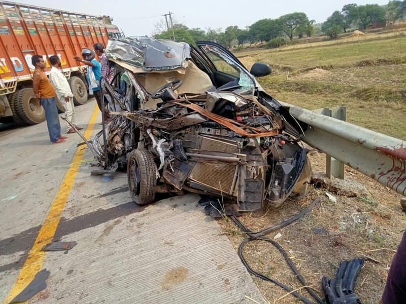Mandla Accident News : राष्ट्रीय राजमार्ग 30 में ट्रक-कार की टक्कर में तीन की मौत, एक घायल