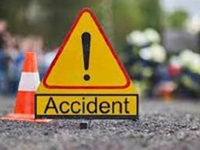 Gwalior Accident News: फूलबाग पर आधी रात को बेकाबू होकर कार डिवाइडर तोड़कर पलटी