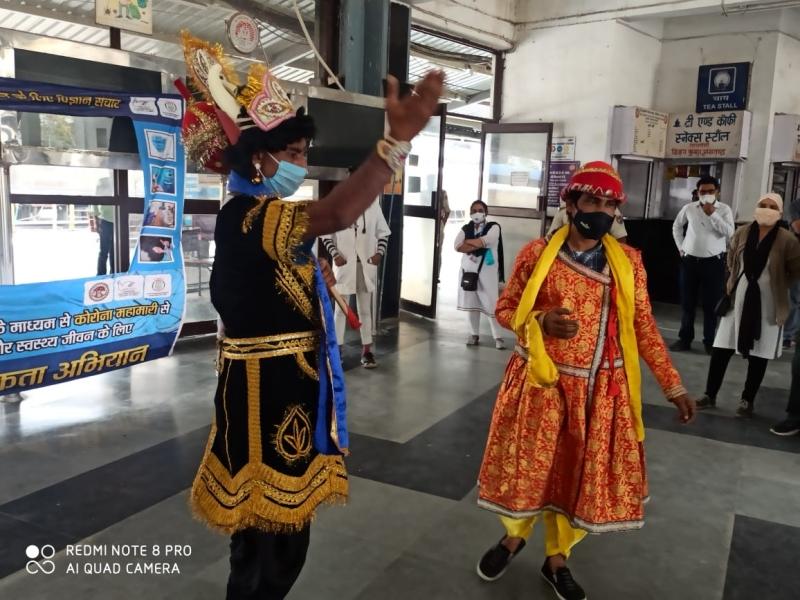 Corona awareness campaign: हबीबगंज स्टेशन पर उतरे यमराज, मास्क नहीं लगाने वालों को दी चेतावनी