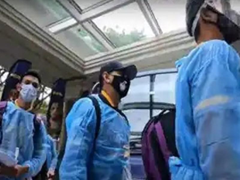 IPL 2021: PPE किट पहन कर चेन्नई पहुंची KKR की टीम
