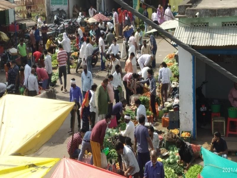 Lockdown in Vidisha: शहर में दो दिन के लॉकडाउन से पहले सब्जी मंडी में उमड़ी भीड़
