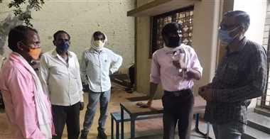 मनरेगा के श्रमिकों को मास्क और सैनेटाइजर का वितरण