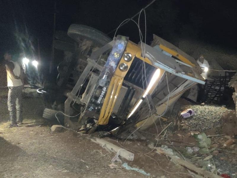 Road Accident in Damoh: मकान पर पलटा गिट्टी से भरा डंपर, चार की मौत