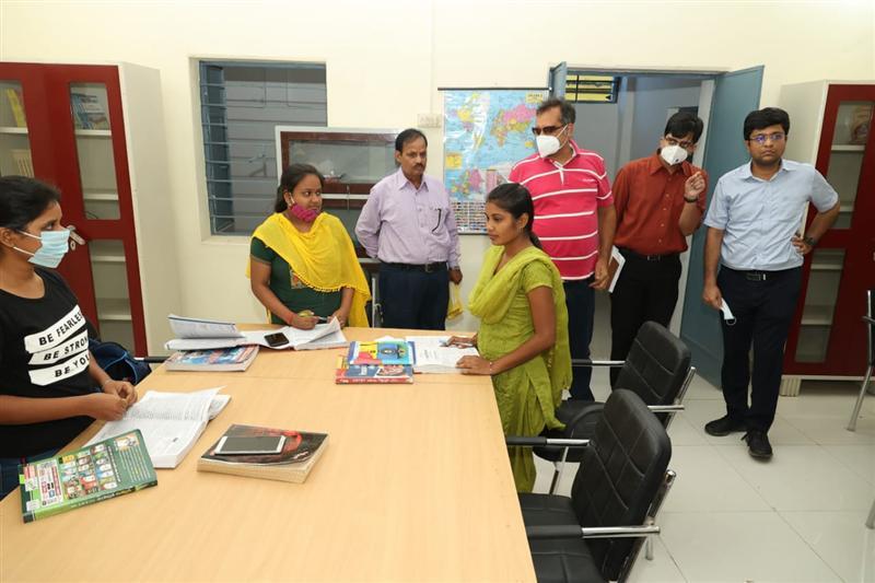 कलेक्टर ने धरमजयगढ़ में छात्रों से कहा खूब पढ़ो और नाम करो रोशन