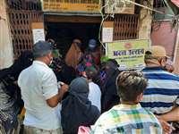 खंडवा : राशन दुकानों पर लगी भीड़