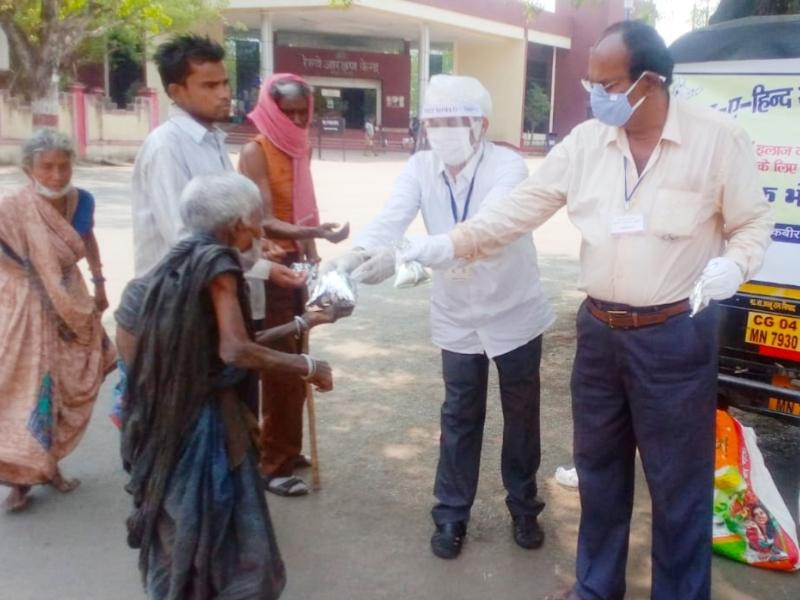 Lockdown In Raipur: अवाम ए हिंद ने सेवा के 100 दिन पूरे करते हुए जरूरतमंदों को बांटा भोजन