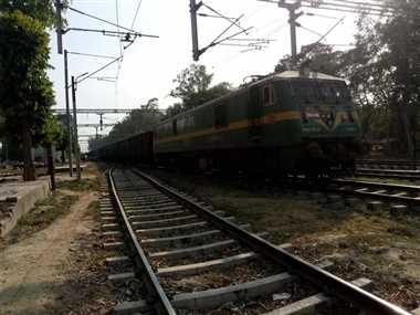 इलेक्ट्रिक इंजन से ट्रेन चलाने वाले तार में फंसा पैसेंजर ट्रेन का इंजन