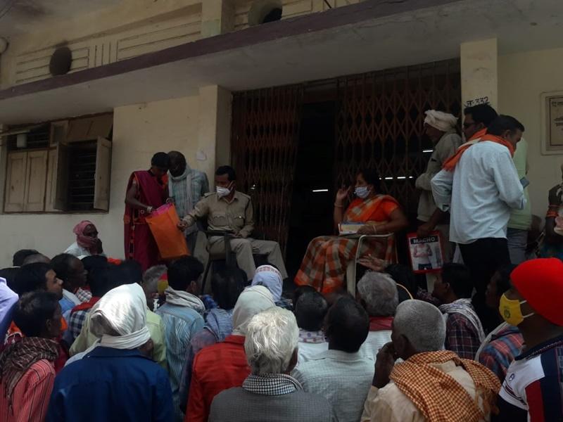 Dhamtari News: बोनस की राशि निकालने के लिए सहकारी बैंक में लगी किसानों की भीड़