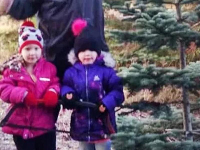 OMG: खाई में गिरी कार, मलबे से निकल 4 साल की जुड़वां बहनें चढ़ीं 200 फीट का पहाड़, मांगी मदद