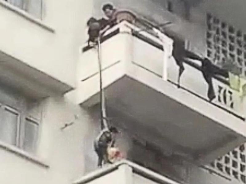बुजुर्ग महिला ने 7 साल के नाती को पांचवीं मंजिल से लटका दिया, देखें हैरान करने वाला VIDEO