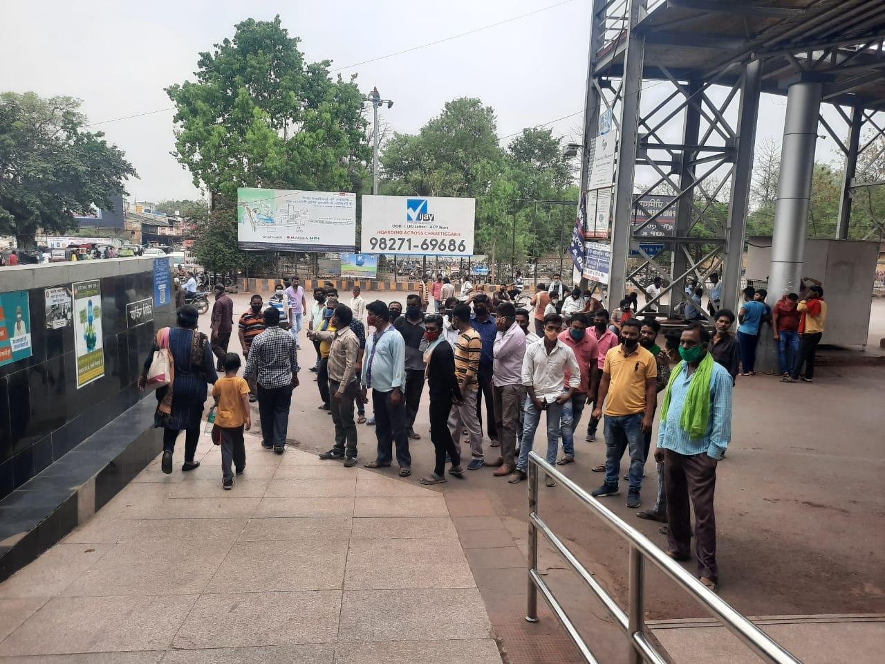 Bilaspur Railway News: नियम दो गज दूरी का फिर भी आटो चालक लगा रहे भीड़, स्टेशन में संक्रमण का खतरा