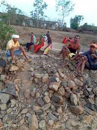 अधिकारियों ने नहीं सुनी समस्या तो गांव के लोगों ने खुद शुरू की कुएं की सफाई