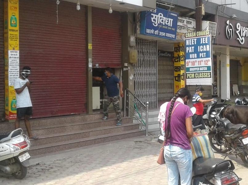Lockdown In Korba: कोरबा शहर में आधे शटर खोलकर चल रही दुकानदारी