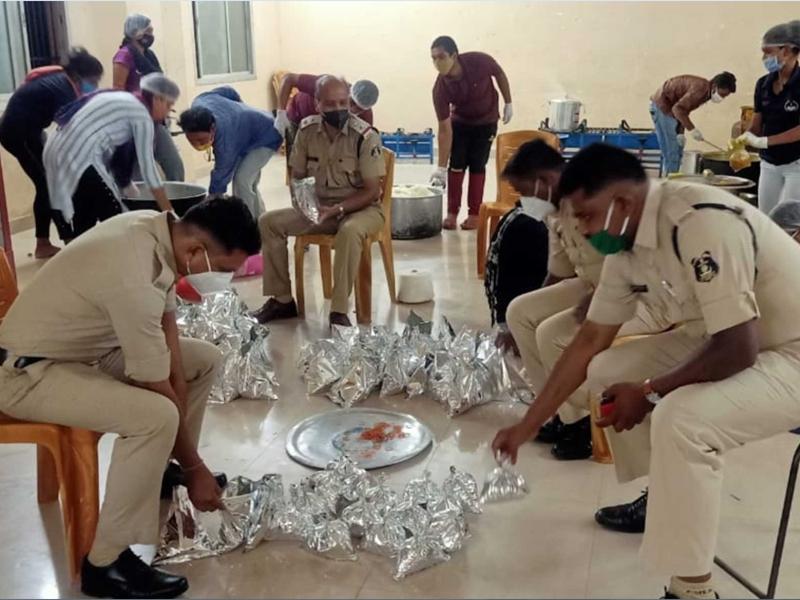 पुलिसवालों की खाना चौकी- जरूरतमंदों को खाना खिला रहे पुलिस जवानों के सहयोग में आए डीजीपी
