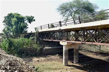 पुराने पुल को नहीं तोड़ने की जिद में सैकड़ों जान पर संकट