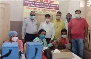 श्री अग्रसेन भवन समिति व वैश्य महासम्मेलन के शिविर में हुआ टीकाकरण