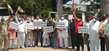 पेट्रोल-डीजल की बढ़ती कीमतों के विरोध में कांग्रेस ने किया प्रदर्शन