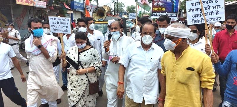 Damoh News : पेट्रोल, डीजल और रसोई गैस की बढ़ती कीमतों के विरोध में कांग्रेस ने दिया धरना