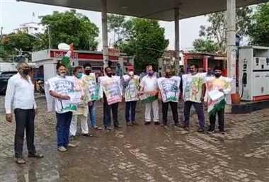 पेट्रोल डीजल के बढ़ते मूल्य एवं महंगाई के खिलाफ कांग्रेस का प्रदर्शन