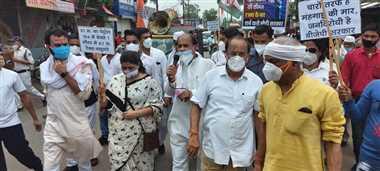 पेट्रोल, डीजल और रसोई गैस की बढ़ती कीमतों के  विरोध में कांग्रेस का धरना