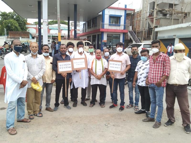 Bilaspur Political News: पेट्रोल और डीजल की बढ़ती कीमत के खिलाफ कांग्रेस ने बोला हल्ला