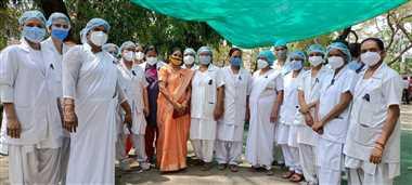 नर्सों ने काली पट्टी लगाकर कार्य किया