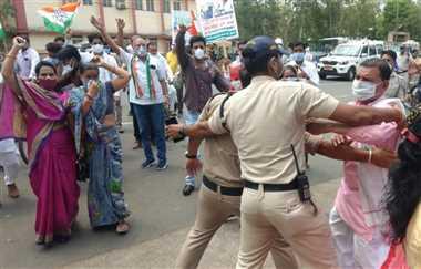 पुलिस और प्रदर्शनकारियों के बीच हल्की झड़प के साथ प्रदर्शन