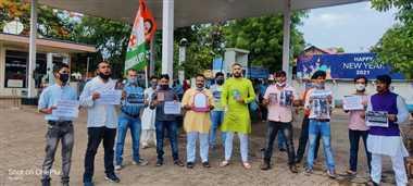 युवा कांग्रेस ने आईना दिखाकर किया विरोध प्रदर्शन