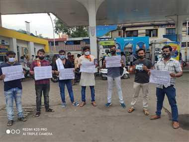 ईंधन के दामों में बढ़ोतरी के खिलाफ पेट्रोल पंप पर कांग्रेसियों ने किया प्रदर्शन