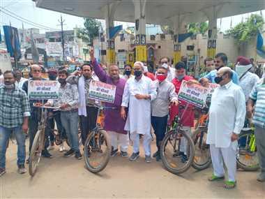 डीजल, पेट्रोल की बढ़ती कीमतों के विरोध में कांग्रेसियों ने चलाई साइकिल