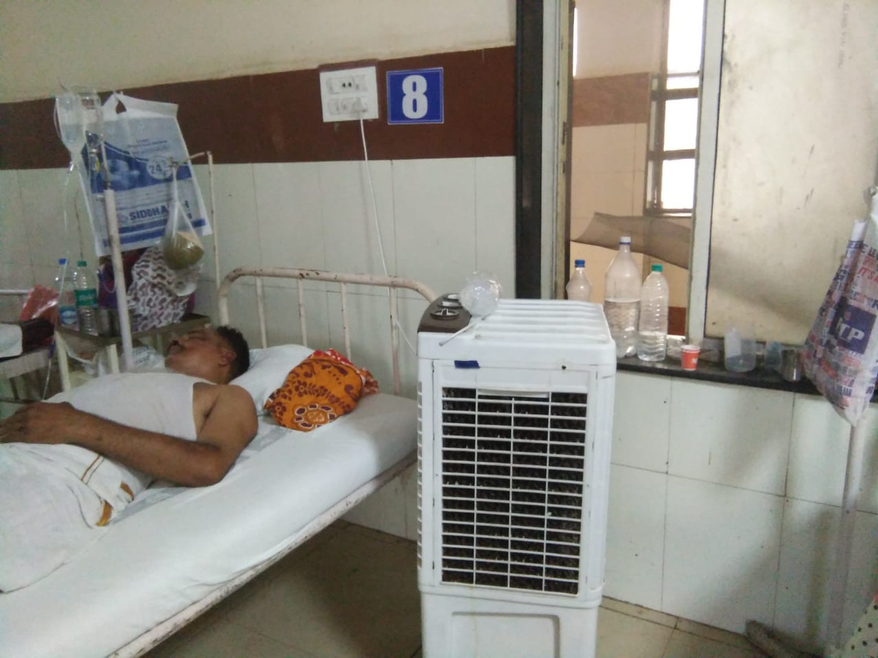 बेहाल अस्पताल... गर्मी से परेशान मरीज घरों से ला रहे कूलर और पंखे