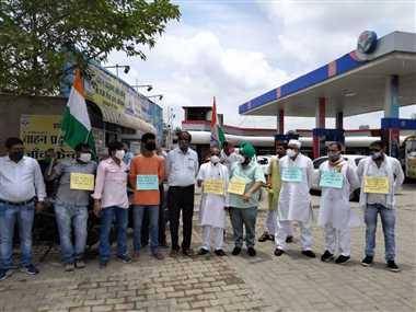 डीजल पेट्रोल के दाम को लेकर कांग्रेस ने किया प्रदर्शन