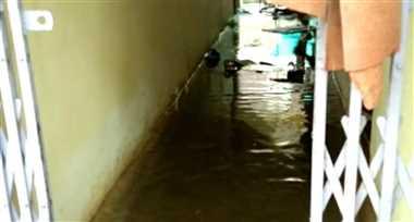 शास्त्री कॉलोनी में घर में घुसा पानी, सड़क बना कर नाली बनाना भूले ठेकेदार