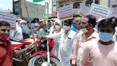 श्योपुरः पेट्रोल-डीजल के शतक पर कांग्रेस का प्रदर्शन- बाइक को ठेले में डालकर ग्लूकोज चढ़ाई, बीपी भी लिया