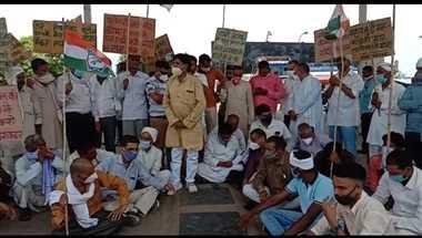 ब़ढ़ती महंगाई के विरोध में कांग्रेस ने किया प्रदर्शन