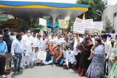 महंगाई के विरोध में कांग्रेस का हल्ला बोल