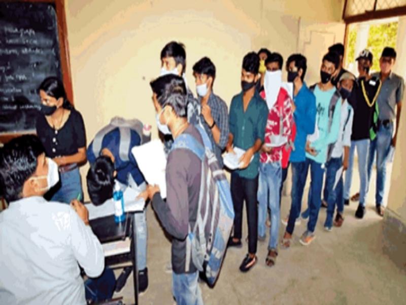 Gwalior Education News: कॉपी जमा करने कालेज में लगी कतारें